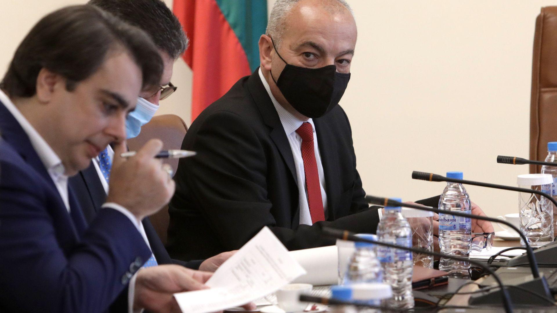 Социалният министър: Върна се явлението заплата под масата
