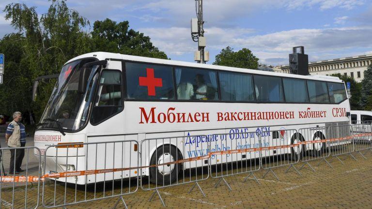 Ваксинационен пункт в автобус заработи в София (снимки)