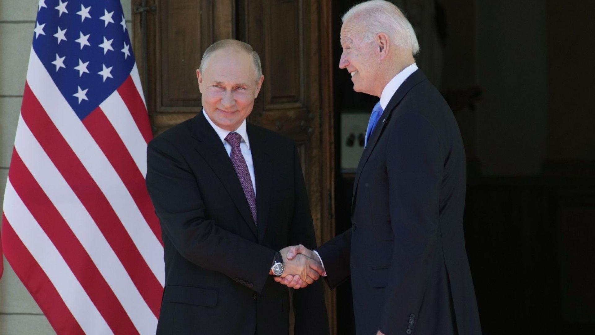 С ръкостискане, усмивки и снимки започна срещата между Путин и Байдън в Женева (снимки)