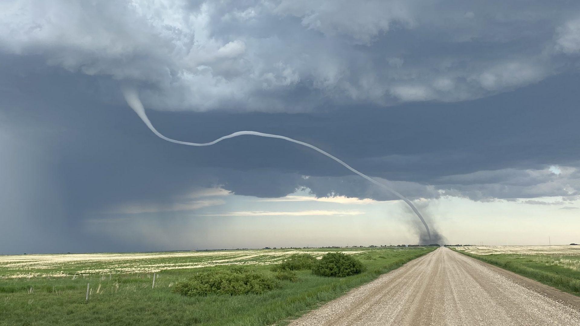 Мощно торнадо връхлетя провинция в Южна Канада (видео)