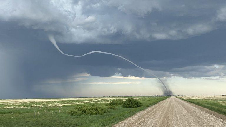 Мощно торнадо връхлетя провинциятаСаскачеван в Южна Канада, показват кадри на