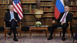 Путин и Байдън удължиха разговора си на 4 очи, меле между медии и охрана (видео)