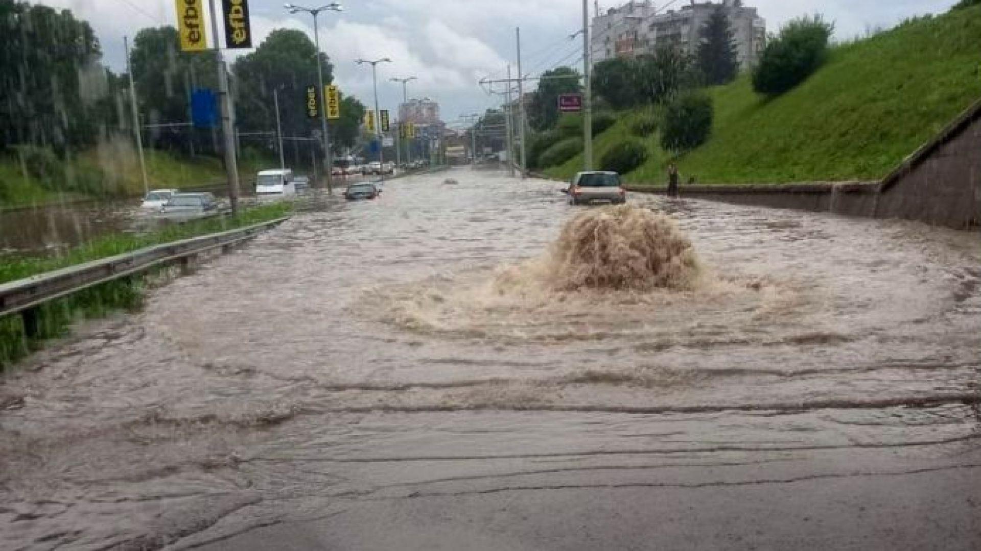 Потоп заля Русе, блокира движението в час пик (снимки, видео)