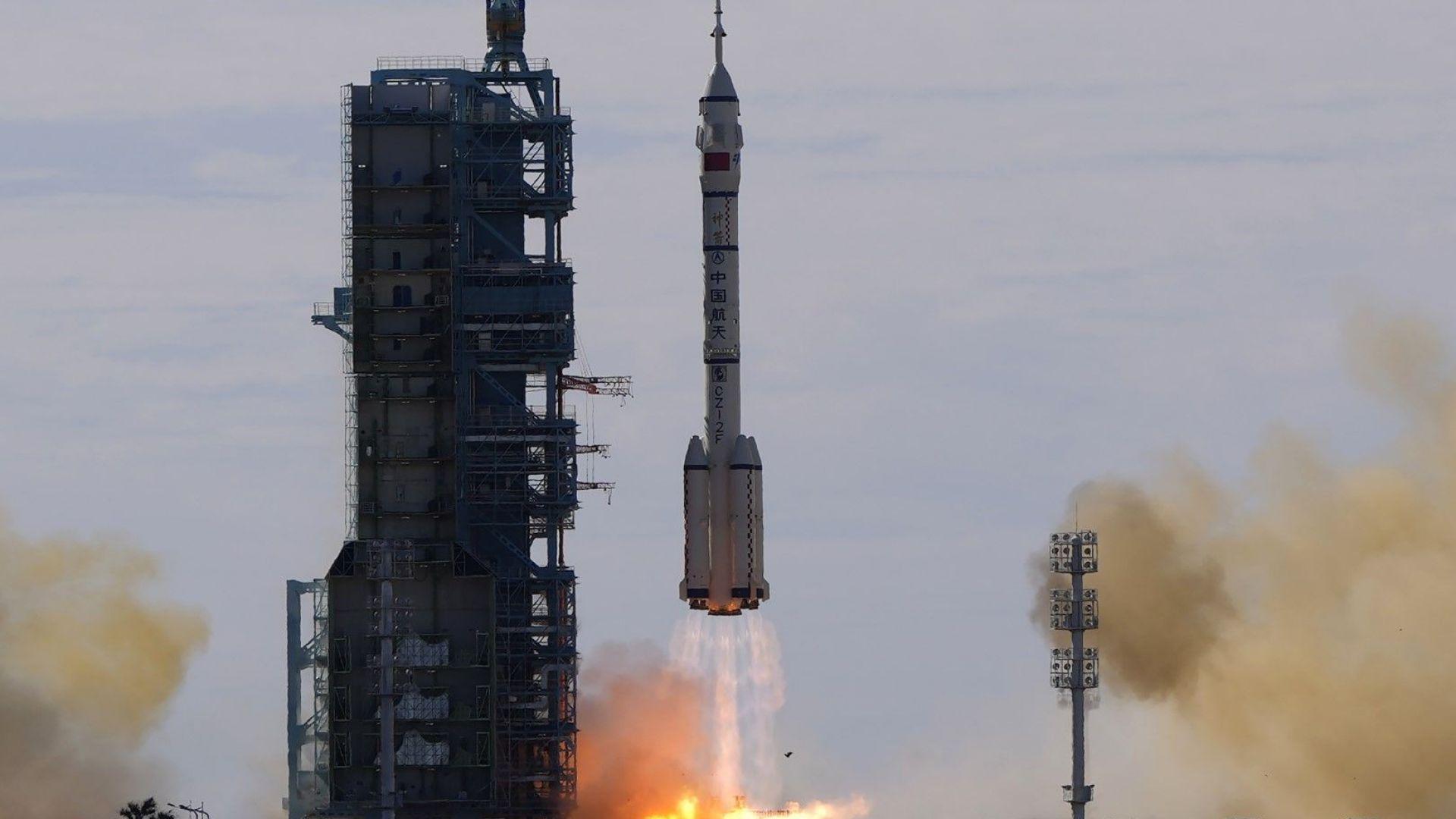 Китай изстреля първия тричленен екипаж до новата си космическа станция (видео)