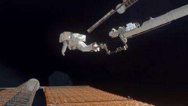 Вижте как астронавти инсталират соларни панели извън космическата станция