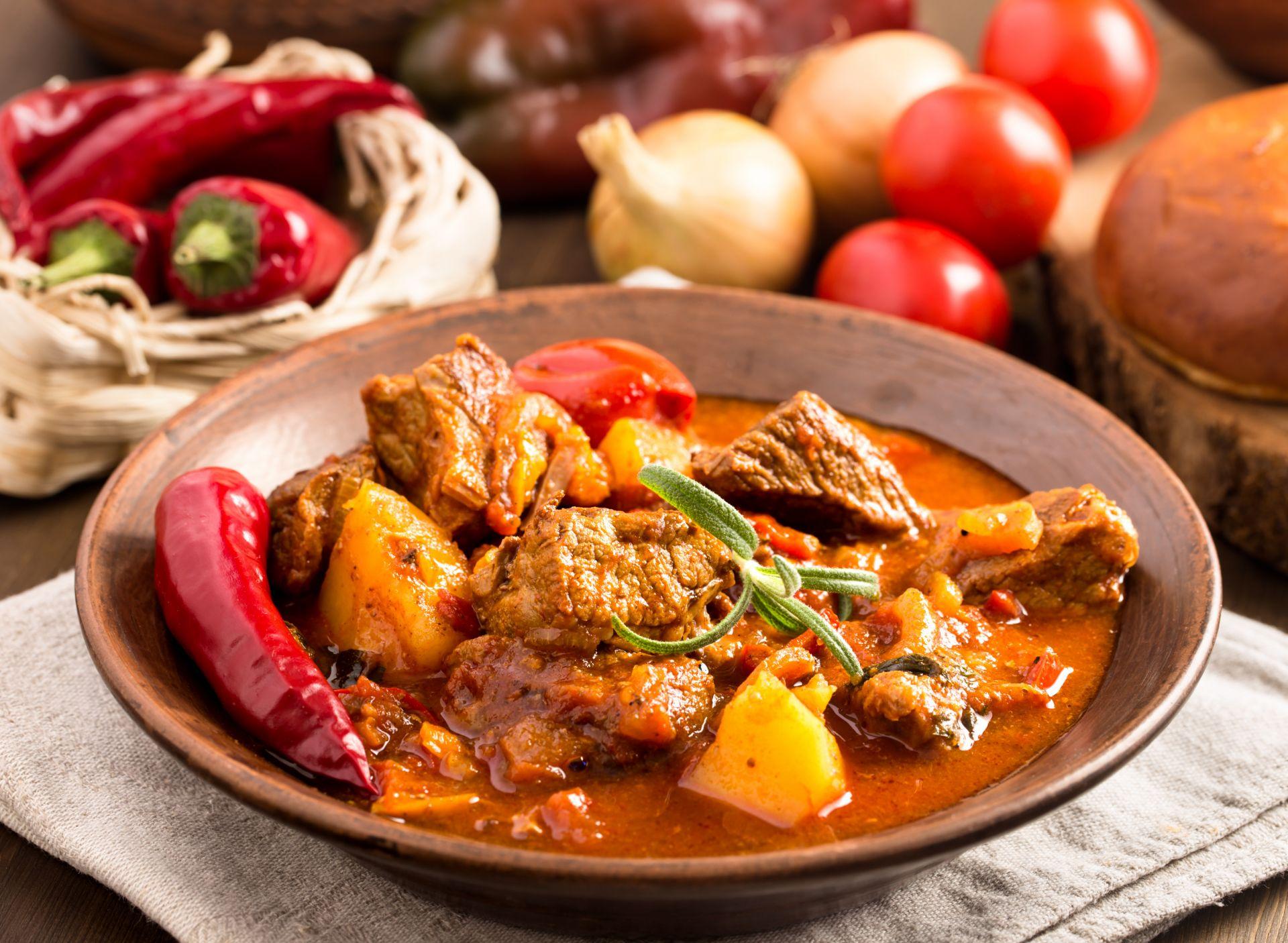 Вероятно най-известната унгарска храна е гулашът и това е и нашето предложение! За да поставите тенджера на котлона и да сте сигурни, че всеки от гостите ви е добре нахранен.