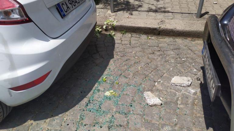 Отломка от фасада на сграда падна на площад