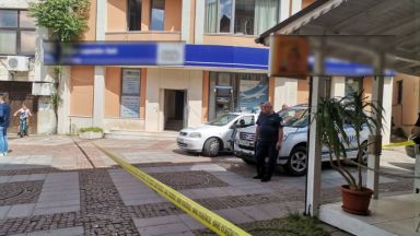 Задържаха мъжа, ограбил банка в Дупница, след като гражданин го засне да бяга (видео)