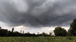 Пороен дъжд с градушка се изсипа в столицата за минути (снимки и видео)