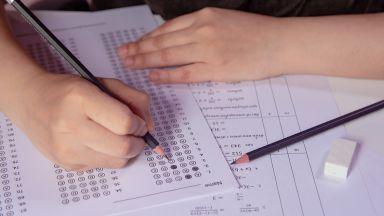 Седмокласниците решават задачи по вариант 1 на матурата по математика