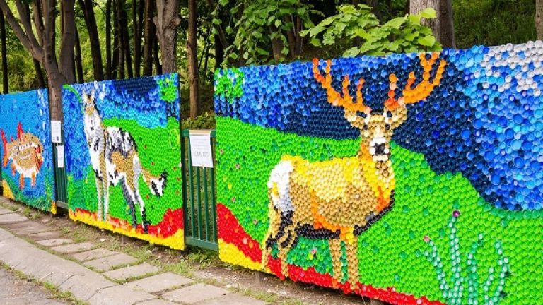 С огромна мозайка на слон от цветни пластмасови капачки Зоологическа