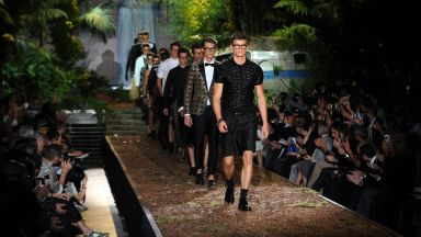"""Мъжката мода в Милано се измъква от """"усмирителната риза"""" на виртуалния формат"""