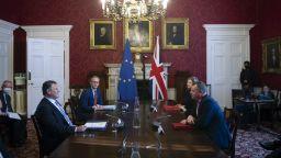"""Лондон поиска от Брюксел отлагане във """"войната на наденичките"""""""