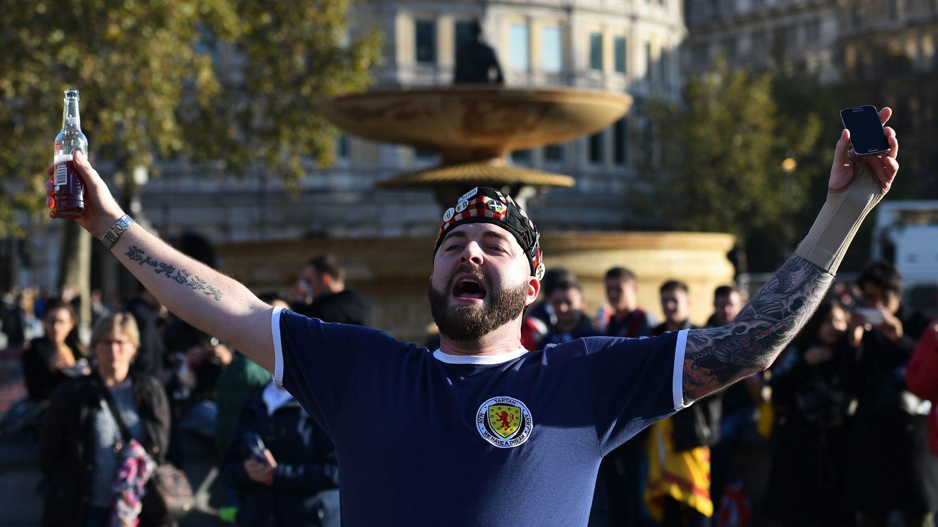 Хиляди шотландски фенове са се прибрали от Лондон с коронавирус