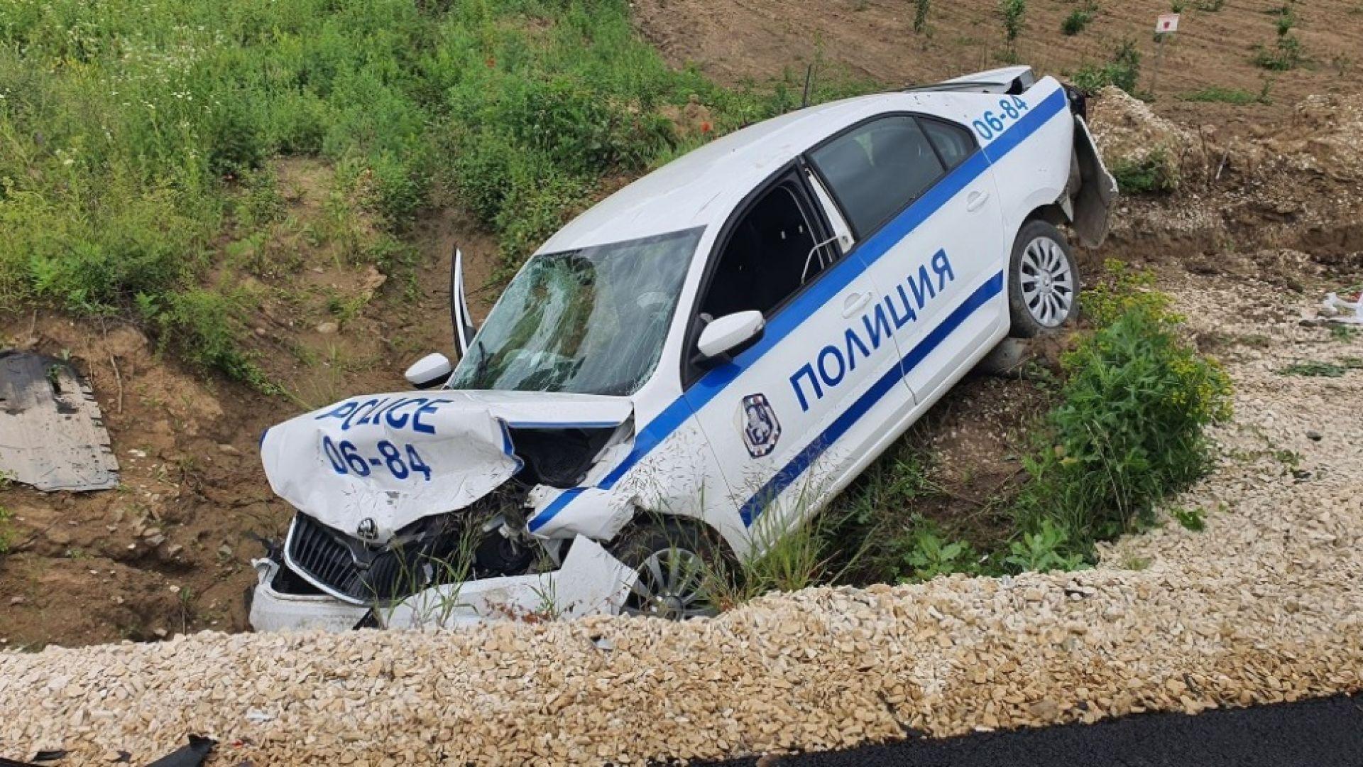Джип се заби в патрулка с двама полицаи, след като шофьорът получи инсулт