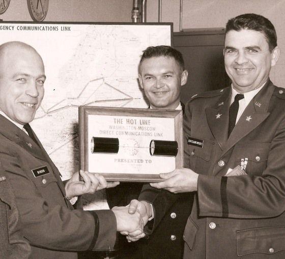 Майор Глен Нордин (вляво), който знае руски, позира за прощална снимка през февруари 1966 г., последният му месец, в който обслужва все още тестовата гореща линия