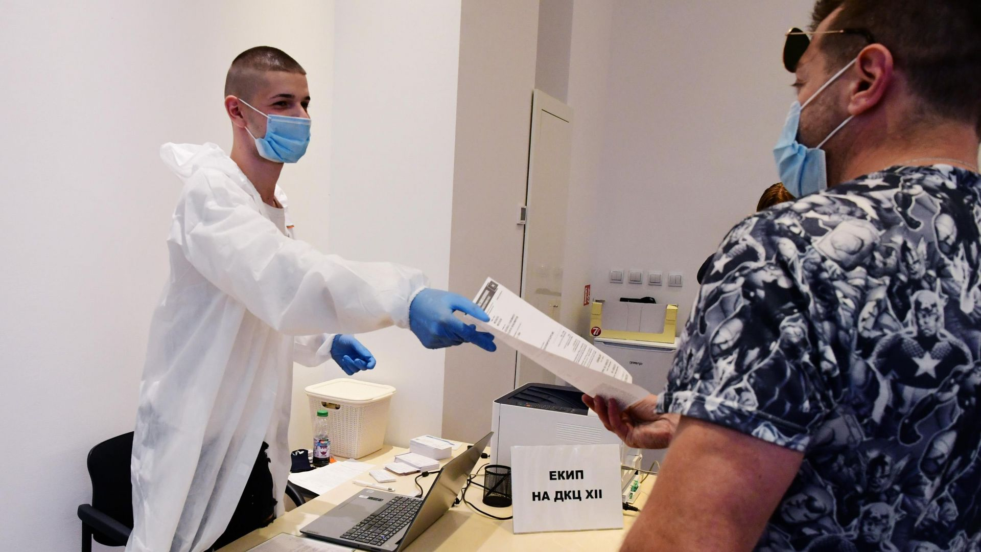 Твърдо нагоре тръгна броят на новозаразените с коронавирус, но и на ваксинираните