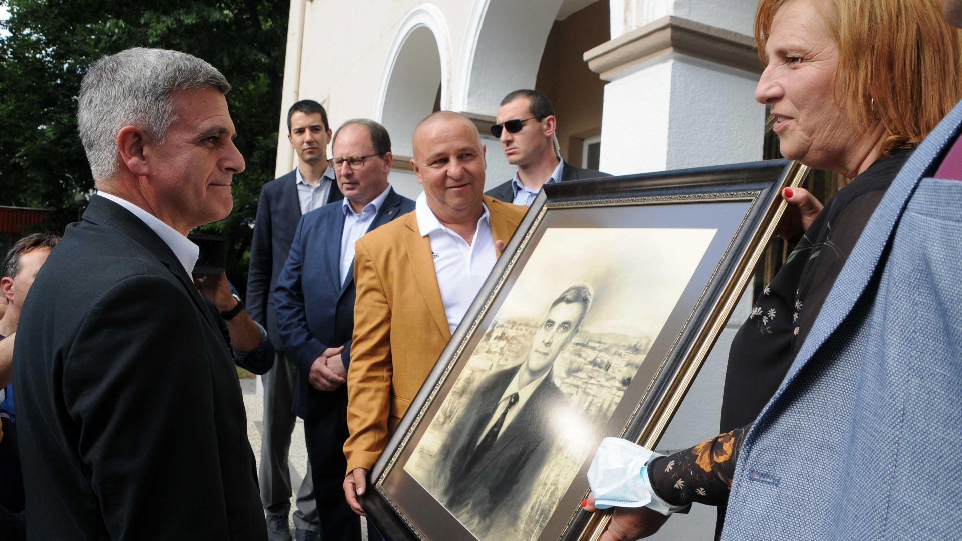 В родната му Поповица подариха на Янев негов портрет, той отговори на обвинения на ГЕРБ (снимки)