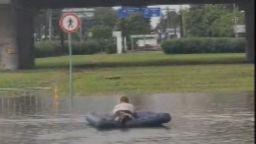Порой наводни Бургас, ентусиаст плува с надуваем дюшек (видео)