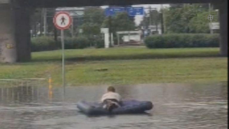 Пороен дъжд наводни Бургас, ентусиаст плува с надуваем дюшек (видео)