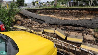 Велоалея пропадна след обилния дъжд във Варна и смачка няколко коли (снимки)