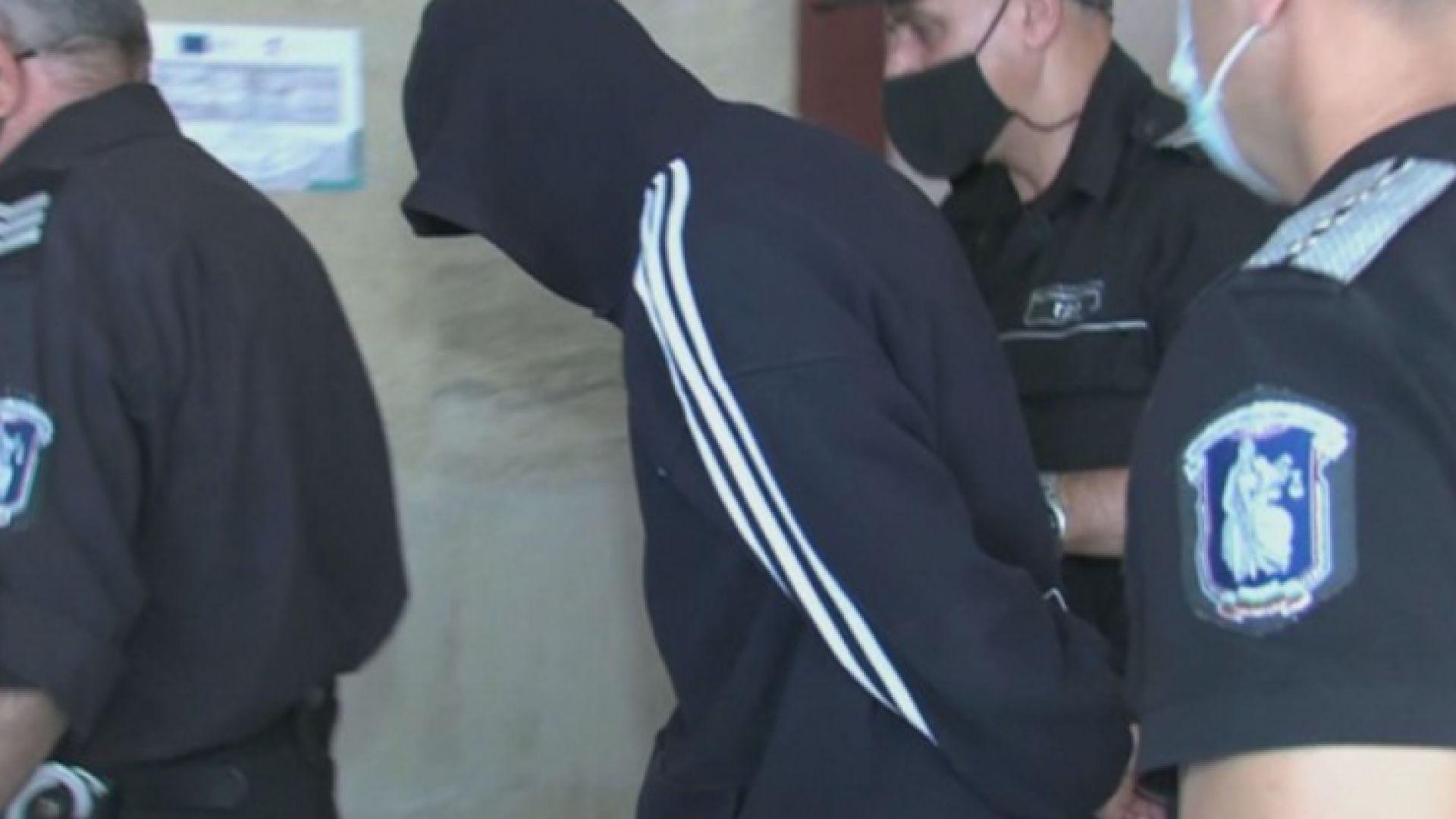 Съдът остави в ареста бившия полицай, който ограби банка, баща му подаде оставка