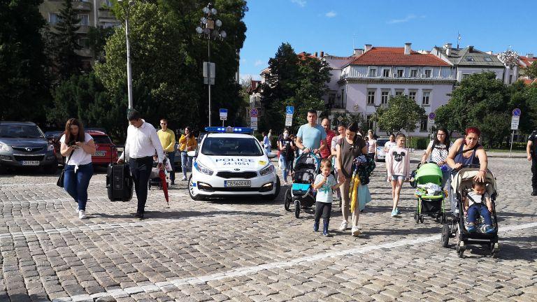 Родители се събраха на протест с искане за повече детски градини и ясли в София (снимки)