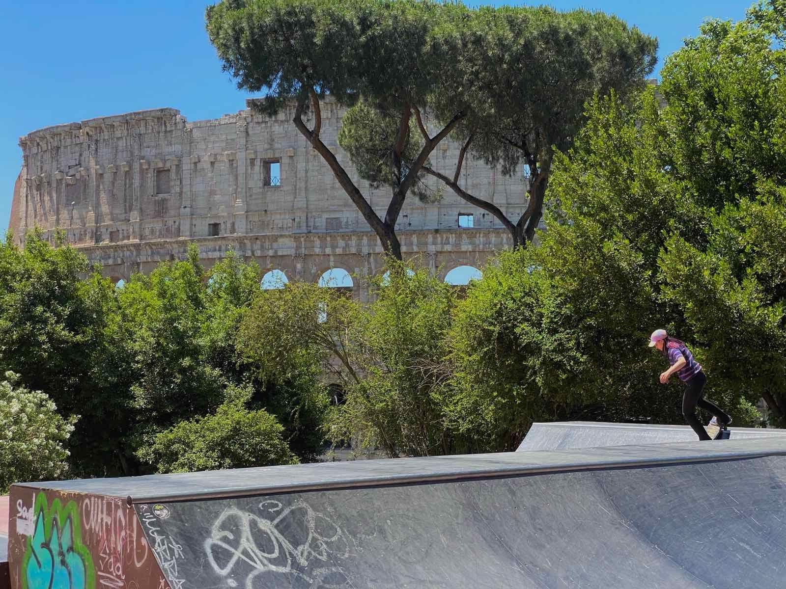 Али кара скейт в Рим, край Колизеума