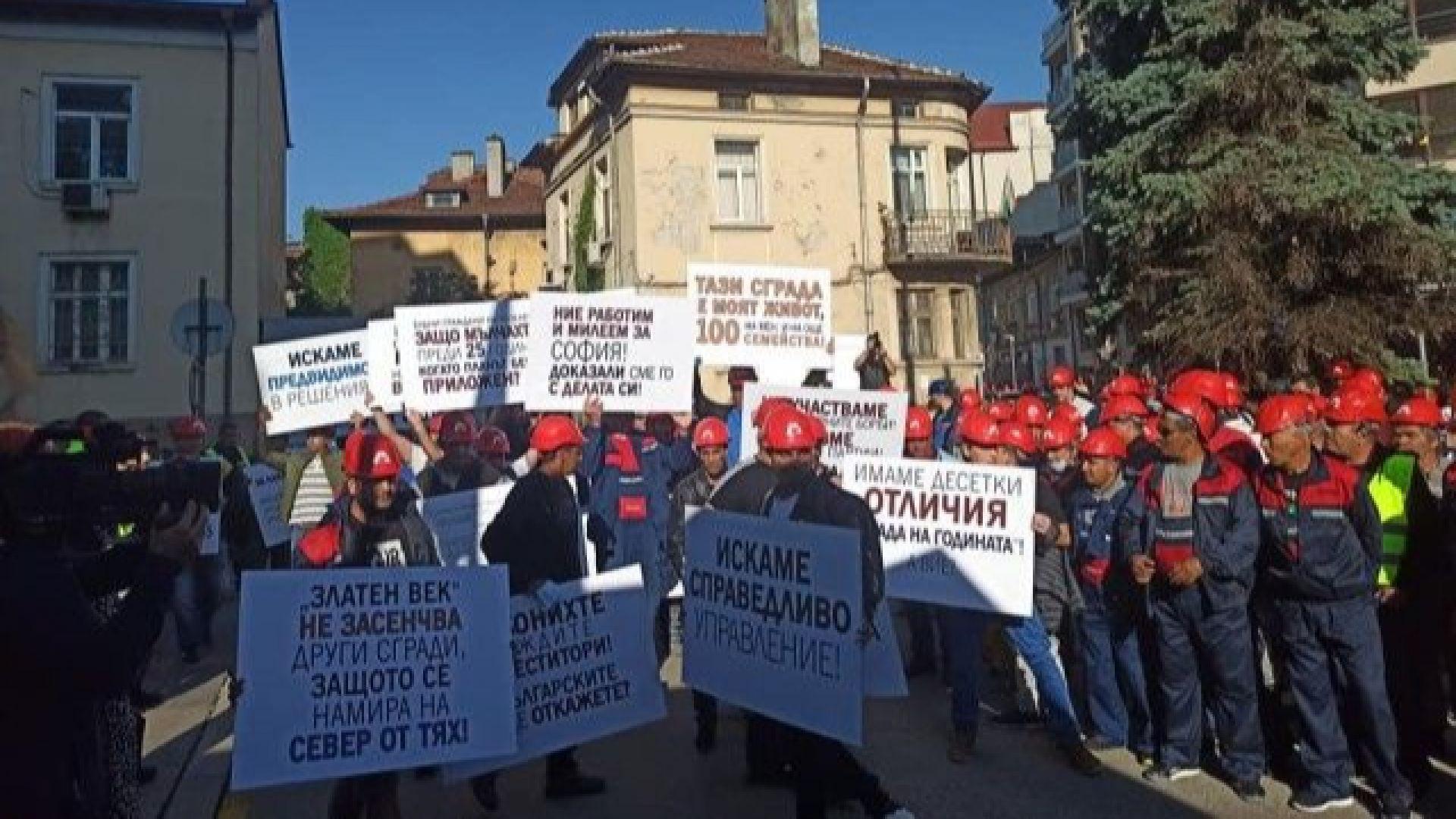 "Протест на ""Артекс Инженеринг"" пред МРРБ заради ""Златен век"""