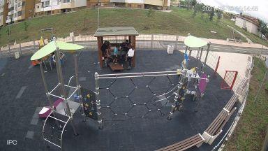 Младежи трошиха беседка на детска площадка в Бургас (видео)