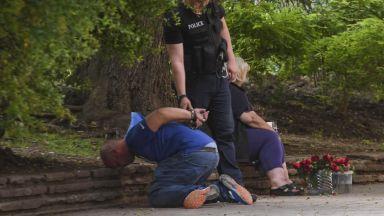Задържаха мъж, намушкал младеж в тролей в София (снимки)