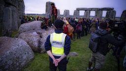 Напук на забраната: Стотици се събраха в Стоунхендж за лятното слънцестоене (снимки, видео)
