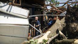 Ранени хора и разрушени къщи от торнадо в предградия на Чикаго (видео)