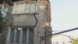 Пред срутване: Евакуираха къща, която се наклони на една страна заради изкоп в Пловдив