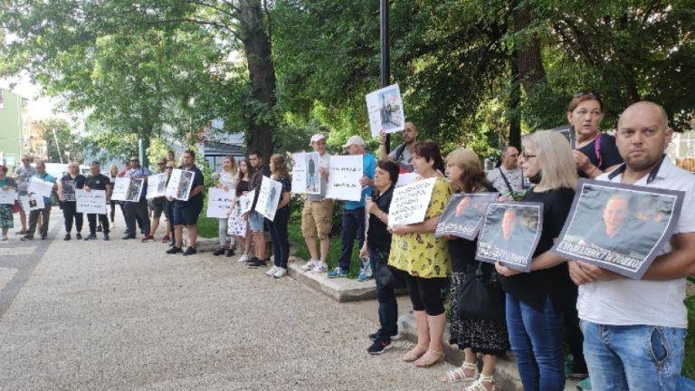 С протест пред Съдебната палата в Пловдив започва делото срещу