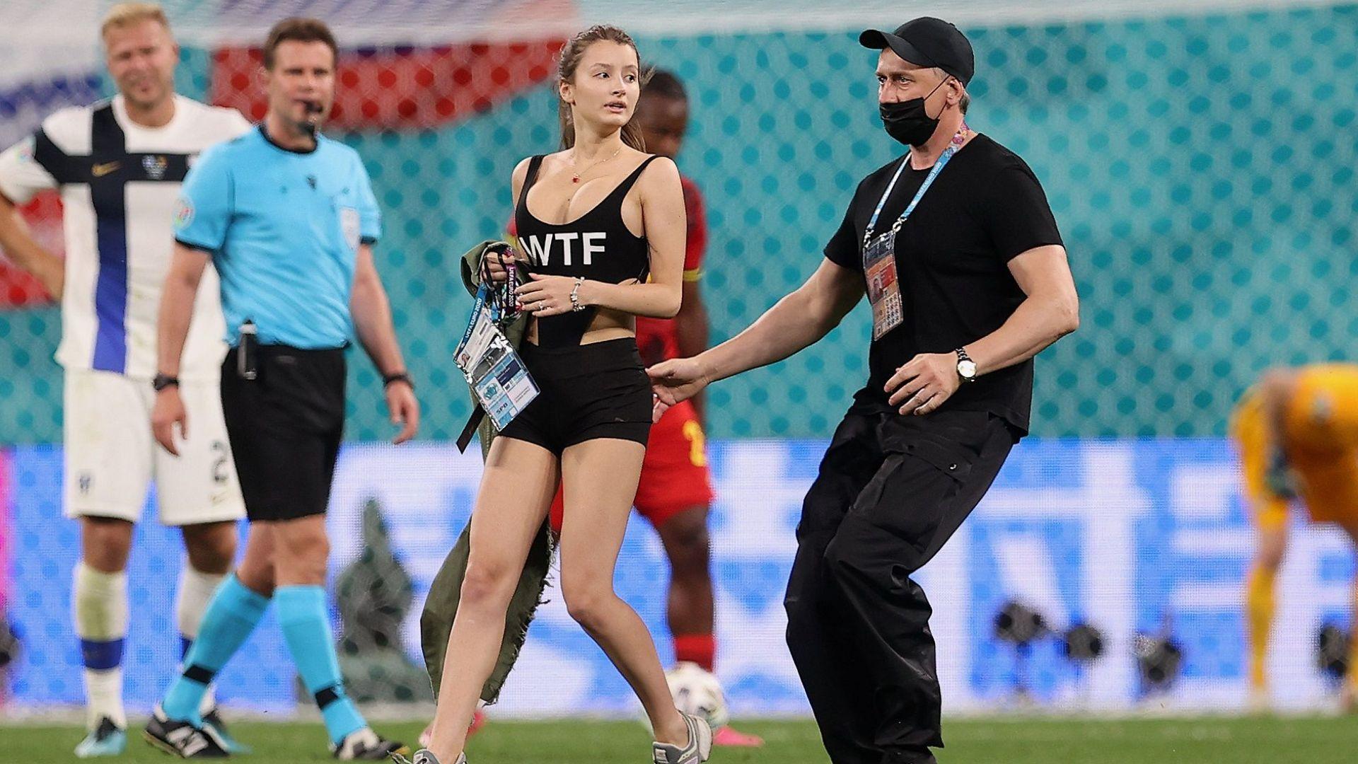 Оскъдно облечена рускиня разведри края на мача между Белгия и Финландия
