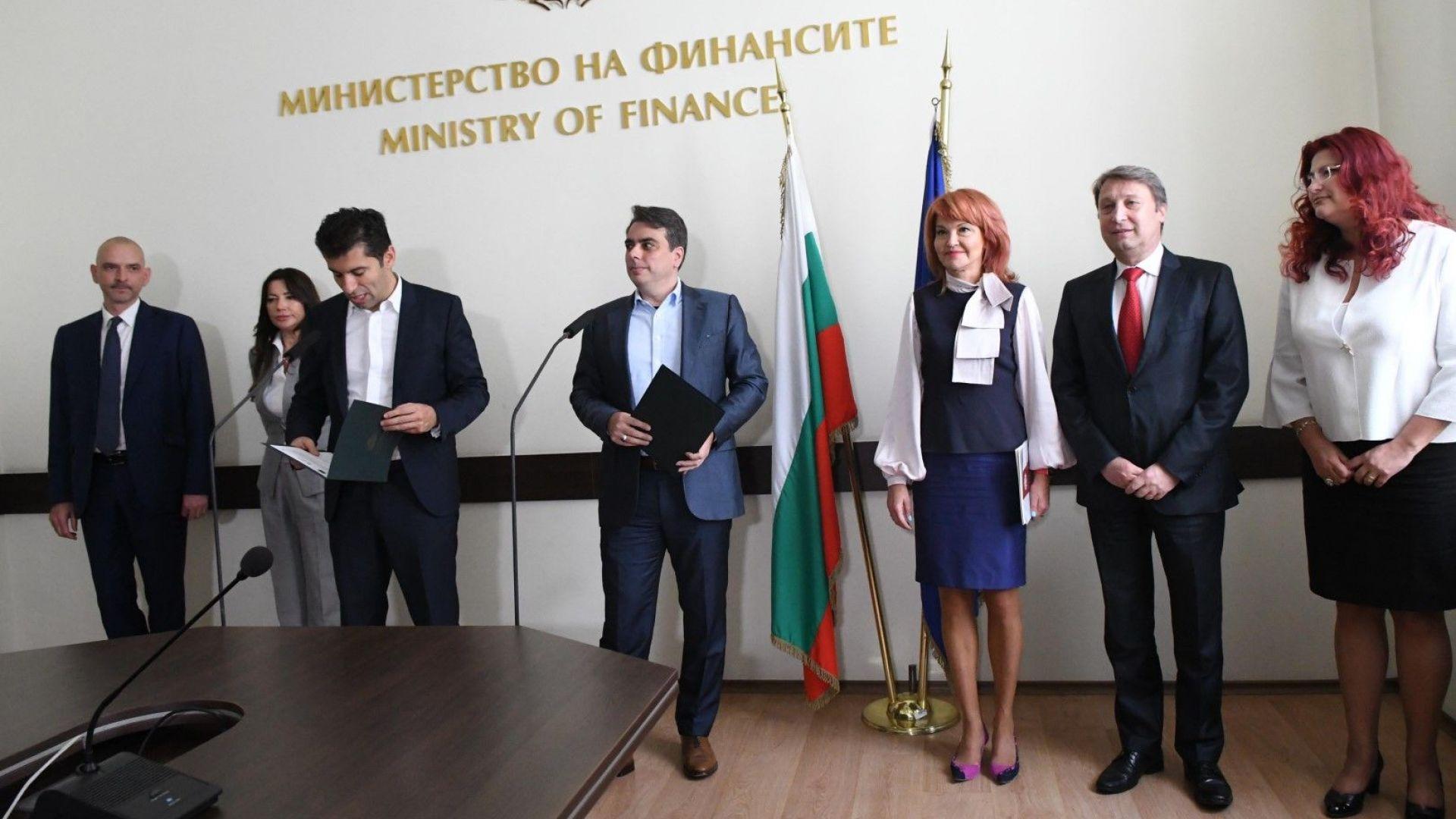 Министрите на финансите и икономиката – Асен Василев и Кирил Петков дават пресконференция за новите мерки, край тях са представители на Фонда на фондовете и на банки-партньори