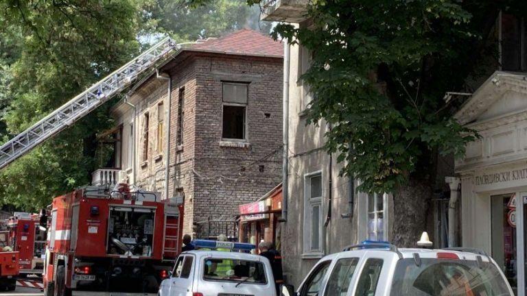 Пожар горя в къща в центъра на Пловдив. Три противопожарни