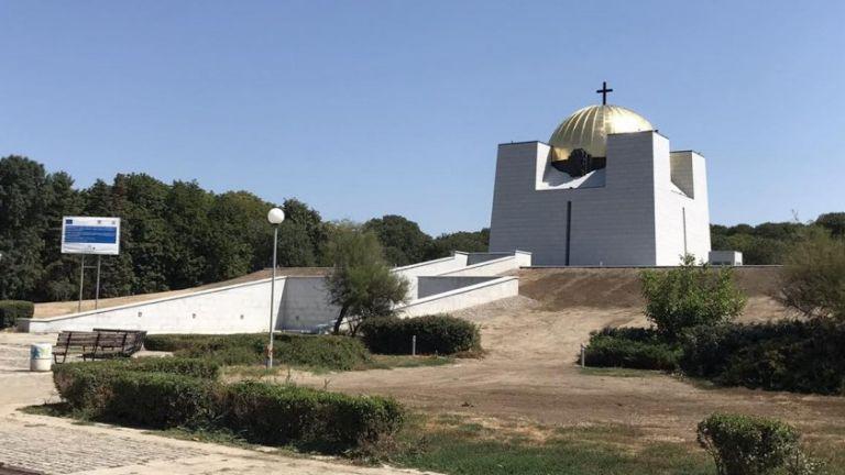 Позлатеният купол на Пантеона на възрожденците в Русе протече след