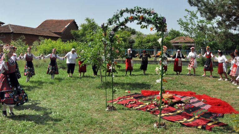Младите етнографи при Хасковския младежки център и танцьорите на ансамбъл