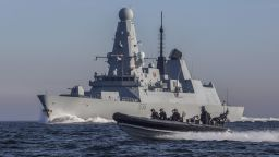 Руски кораб и СУ-24М стреляха предупредително по британски разрушител в Черно море