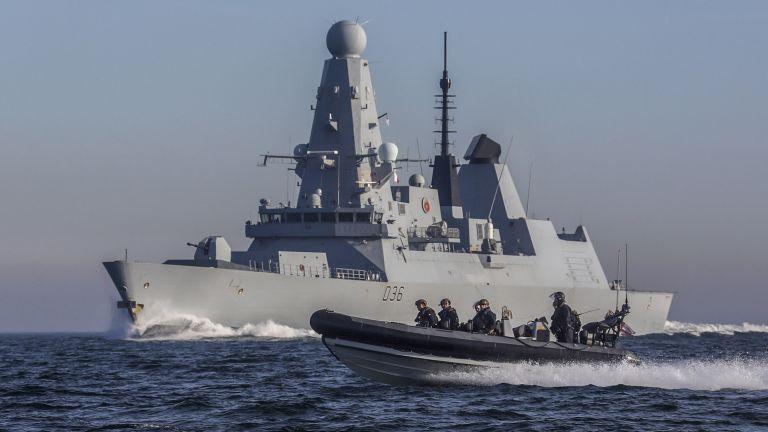 Руски военен кораб е дал предупредителни изстрели към разрушителя на