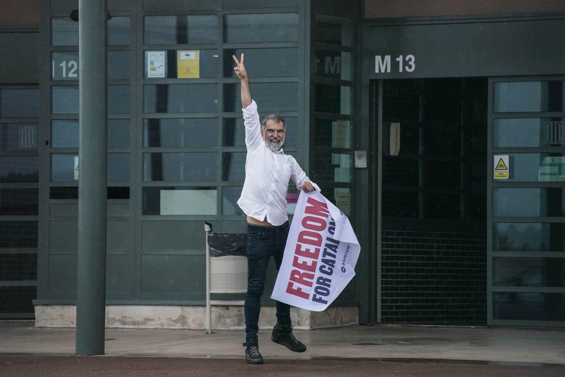 Жорди Куиксарт прави знака за победа, след като напусна затвора на Леледон в Сант Жоан де Виларарада, близо до Барселона