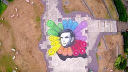 Британска шпионска агенция почете математика Алън Тюринг с голяма арт инсталация