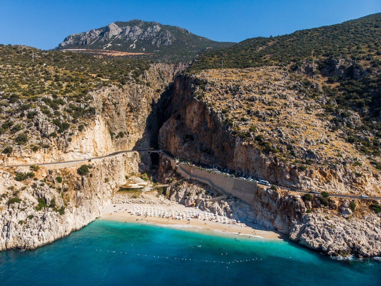 Поглед към скалите Капуташ и притиснатия между тях плаж