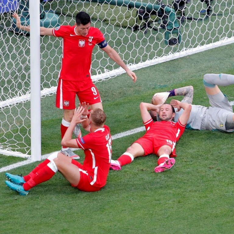 Левандовски вкара два гола и счупи гредите, но не стигна на Полша в голям мач