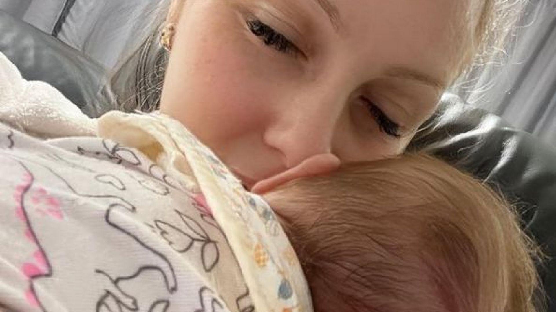 Деси Бакърджиева показа лицето на малката си дъщеричка: Вивиан грее в розово (снимка)