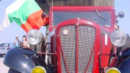 """Ретро автомобил """"Рокни Студебейкър"""" от 1930-та, качват на сцената за """"Царицата на чардаша"""""""