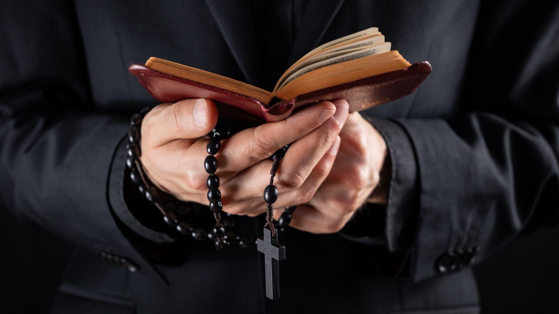 Гръцки свещеник заля с киселина митрополити