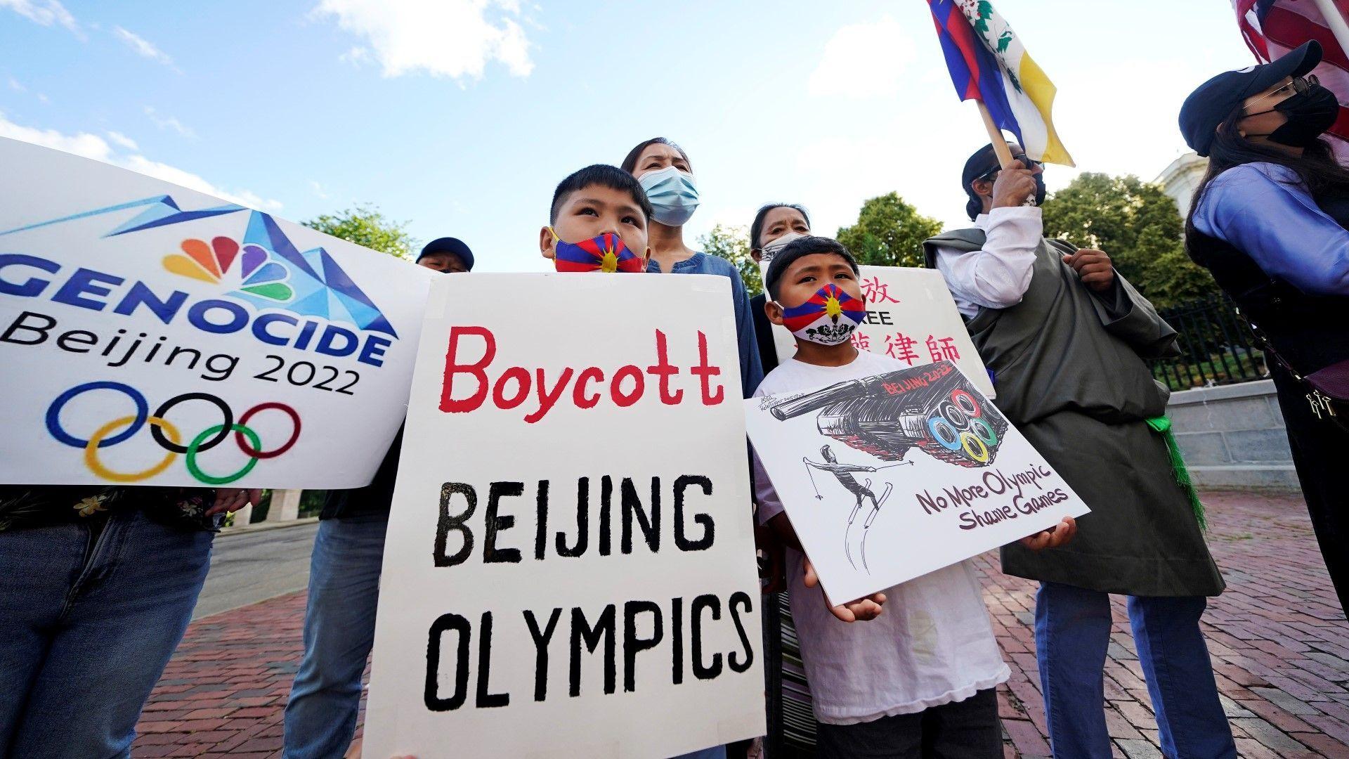 Тибетци и уйгури протестираха пред Олимпийския музей в Лозана срещу организирането на зимните Олимпийски игри в Пекин догодина и призоваха за бойкот